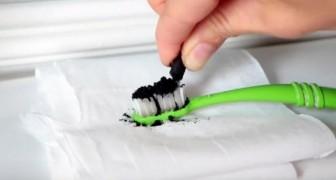 Sie gibt schwarzes Pulver auf die Zahnbürste.. Das Ergebnis ist brillant!