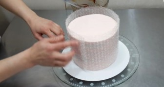 She wraps a cake with bubble wrap: what she creates is amazing!
