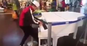 Si avvicina ad un pianoforte in esposizione ed INCANTA i passanti con un talento inaspettato