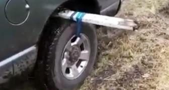 Se un giorno rimarrete intrappolati con l'auto nel FANGO, tenete a mente questo trucco geniale!