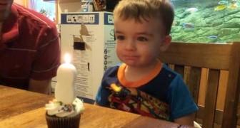 O menino não consegue apagar a velinha: o que faz seu pai é engenhoso e doce!