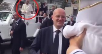 Papst Franziskus sieht in der Menge ein Baby, das genau so wie er gekleidet ist: Seine Reaktion ist wundervoll :)