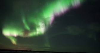 Esta filmando la aurora boreal, pero el espectaculo al que asiste es todavia mas increible