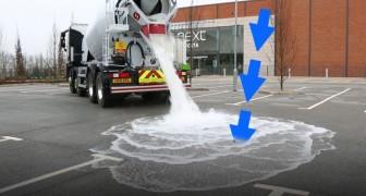 Un'autocisterna scarica litri e litri di acqua su un asfalto dalle proprietà stupefacenti