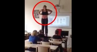 La maestra comienza a desvestirse de pie sobre el escrtorio: lo que hace es muy instructivo!