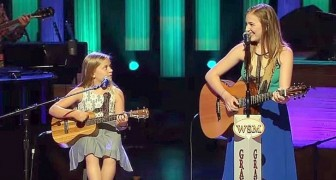 2 Sisters sing a classic by Johnny Cash... and the audience LOVED IT !!