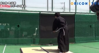 The impressive ability of this samurai: he cuts in half a ball at 160 km / h
