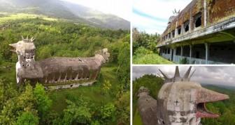 Nella foresta indonesiana esiste un'enorme chiesa a forma di gallina in cova
