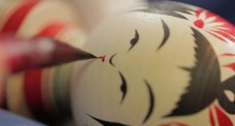 Una bambola tradizionale giapponese prende vita da un pezzo di legno rotante