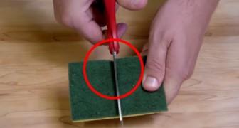 Er schneidet einen Schwamm in zwei Stücke und zeigt euch einen Trick, um schwierige Dinge zu reinigen