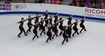 16 skaters enchant the audience: the shapes they create are incredible !