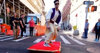 They see Aladdin in the street: their reactions are wonderful!