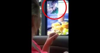 En döv kvinna vill beställa mat: se vad som kommer upp på skärmen!
