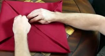 Piega il tovagliolo in una maniera mai vista prima: ecco la sua creazione finale!