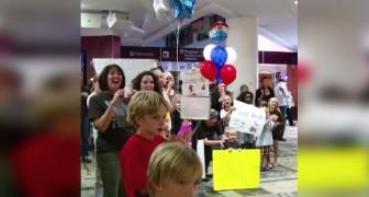De hele familie wacht met spanning op het vliegveld: wat er daarna gebeurt is aangrijpend