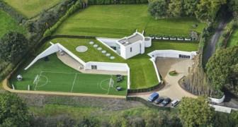Non può costruire al di sopra del terreno, perciò realizza una casa sotterranea da capogiro