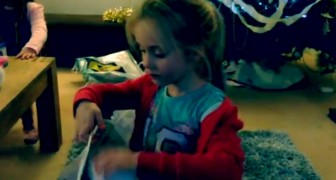 Una bimba riempie una busta con beni di prima necessità: ciò che sta per fare è ammirevole