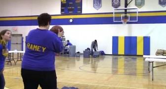 Si elle fait un dunk, sa fille ira à l'école gratis: regardez le ballon...