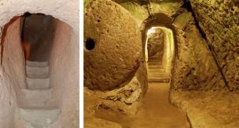Er reißt eine Mauer nieder um das Haus zu renovieren, und entdeckt eine 3500 Jahre alte vergrabene Stadt