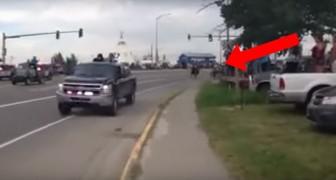 Er komen politiewagens aangereden: wat er dan volgt is...daverend!