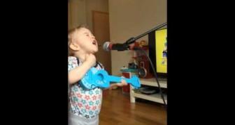 Mama schakelt de microfoon in en wordt getrakteerd op een onverwacht optreden... Wow!