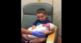 Barnmorskan ger det lilla spädbarnet som just fötts till sin storebror ... som har en helt oförväntad reaktion!