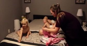Uma mãe tem que vestir os seus três gêmeos e o outro bebê de dois anos: a batalha é maravilhosa!