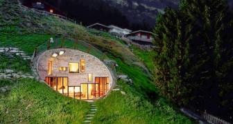 Cette maison a été construite sous terre en creusant l'intérieur d'une colline : son aspect oscille entre le primitif et le moderne