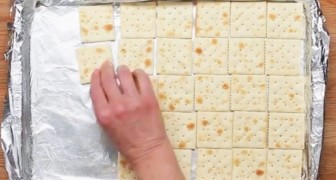 Elle met des crackers dans un moule, mais le résultat final n'est pas salé... WOW!