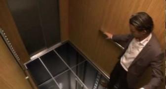 Delle persone entrano in ascensore, ma non si aspettano cosa accadrà sotto i loro piedi...