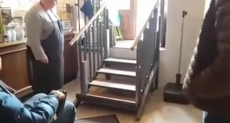Hier zie je hoe een trap binnen een paar seconden geen obstakel meer is voor een invalide persoon