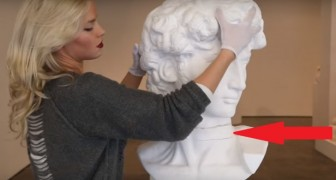Mette le mani su una statua famosa: fate attenzione a quello che accade al suo collo
