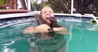 Circondata da una famiglia di lontre, questa ragazza vive l'esperienza di una vita