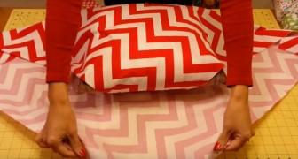 Sie packt ein Kissen mit Stoff ein: Das Ergebnis ist echt elegant