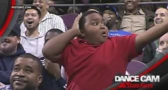 Piccolo dancer tra il pubblico in una partita