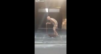 Een oude man maakt een wandeling en wordt hierbij vergezeld van zijn trouwe hond...