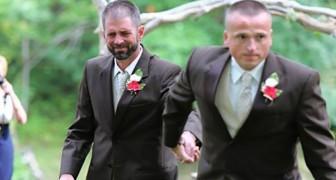 Medans han tar sin dotter till altaret så stannar pappan upp för att ta en annan man i handen. Orsaken är otrolig.