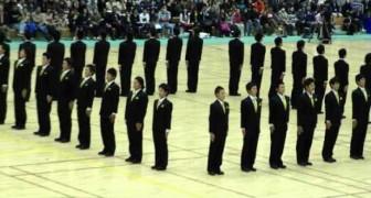 Guardate cosa riescono a fare questi uomini in Giappone: la precisione della parata è impressionante