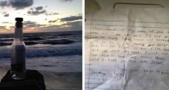 Trova sulla spiaggia una bottiglia con un messaggio: il testo non può che commuoverci