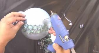 Sie klebt Glassteine auf Styropor: Ihre Kreation wird den Garten beleuchten