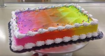 Uma mulher faz uma torta colorida aparentemente muito simples... Espere até que comece a girar!