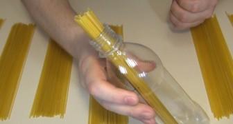 Mette gli spaghetti in una bottiglia: questo trucco risolverà un dubbio che tutti abbiamo avuto!