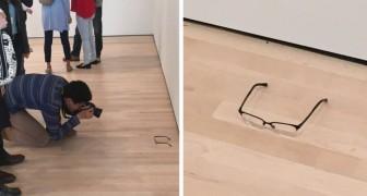Poggia un paio di occhiali sul pavimento di un museo: i visitatori lo scambiano per un'opera d'arte!