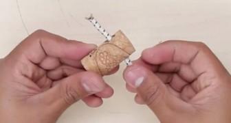 Passa um cabo elástico por uma rolha: um truque genial para organizar!