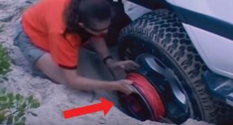 Das Auto bleibt im Sand stecken, aber die Art und Weise wie es wieder rauskommt ist phönomenal