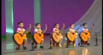 5 bambini si esibiscono con le loro chitarre... Non ci crederete ma sono proprio loro a suonare!