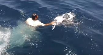 Un pescatore si getta in acqua completamente vestito... Il motivo? Merita un applauso!