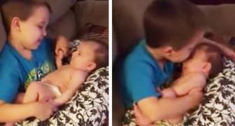 Deze kleine jongen neemt zijn pasgeboren zusje op schoot: de daarop volgende minuut is gewoon te lief!