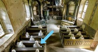Installa delle statue in una chiesa abbandonata del 1300: l'effetto è spaventoso ma molto affascinante