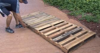 Deze man laat zien hoe je een schommelbed voor in de tuin kunt maken met gebruik van twee houten pallets